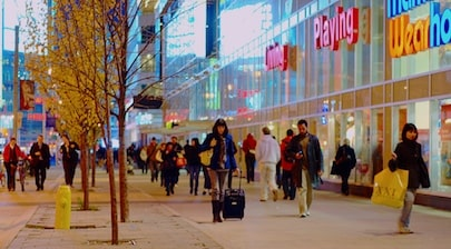 Shoppers_on_Dundas,_near_Yonge2